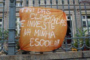 Estudantes do Ensino Médio ocupam escolas em greve e pedem investimentos.
